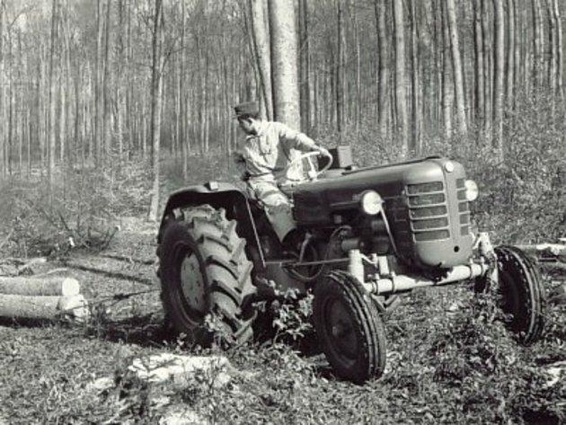 Zetor 3011při práci vlese po roce 1960.