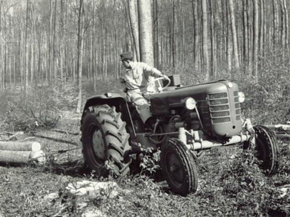 Zetor 3011 při práci v lese po roce 1960.