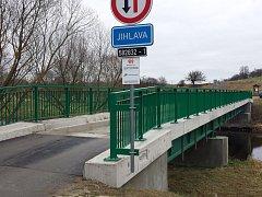 Zrekonstruovaný mostek přes řeku Jihlavu spojuje Hrubšice s Biskoupkami.
