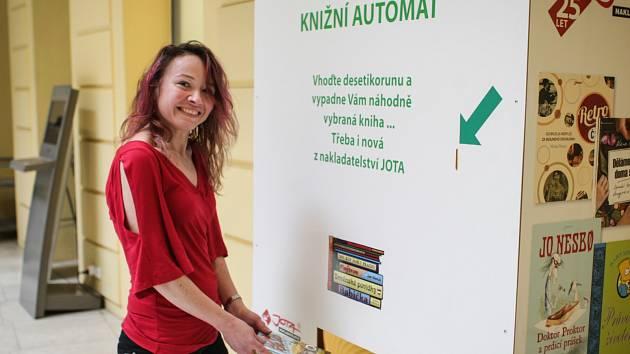 Už pětadevadesát let si mohou Brňané půjčit knihy v Knihovně Jiřího Mahena. Půlkulaté výročí si knihovna připomněla zábavným programem.