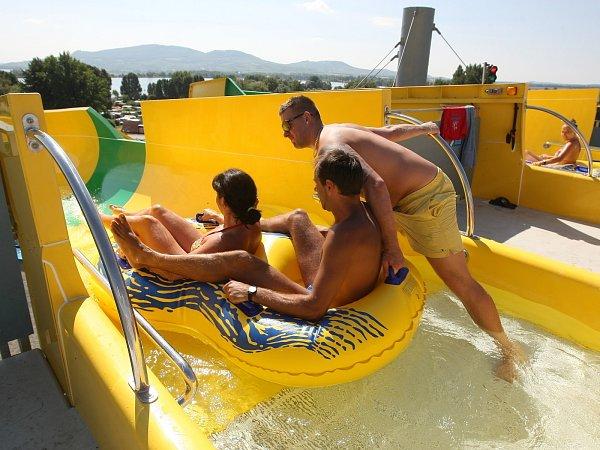 Do největšího akvaparku na jižní Moravě přišly ve čtvrtek první návštěvníci.