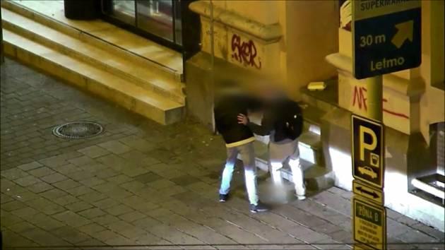 Mladík vytáhl z batohu mobilní telefon, přitom si s mužem přátelsky připíjel vodkou a po činu si s ním podal ruku.
