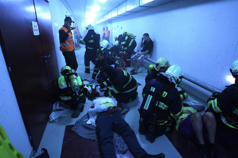 Hasiči zasahovali při zkušebním výjezdu do Královopolského tunelu za účasti záchranné služby a policie.