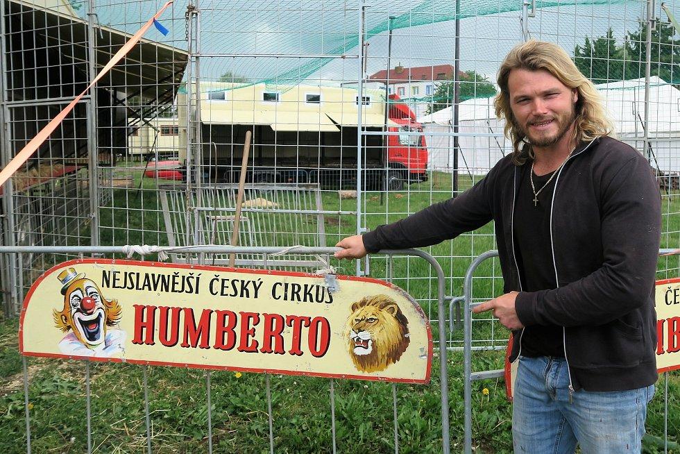 Ředitel cirkusu Humberto a artista Hynek Navrátil.