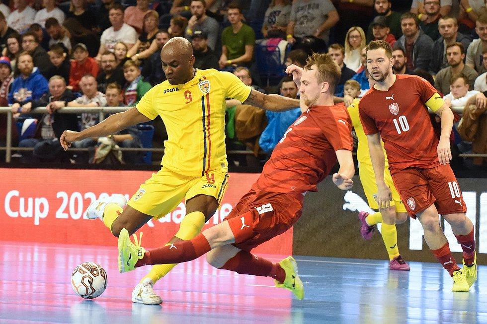 Brno 3.2.2020 - kvalifikační turnaj na futsalové MS 2020 - ČR Tomáš Koudelka (červená) Rumunsko Carlos-Henrique Ribeiro (žlutá)