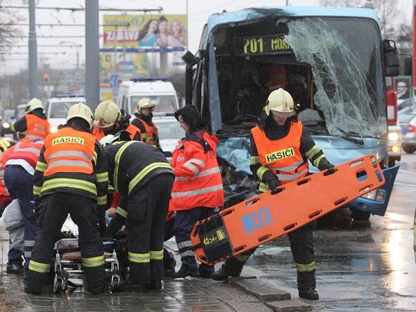 Vbrněnské Slatině se srazily dva autobusy.