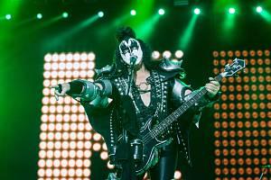 Svůj první koncert v Brně v sobotu večer odehrála americká rocková skupina Kiss. Vystoupení přilákalo na brněnské výstaviště 25 000 lidí.