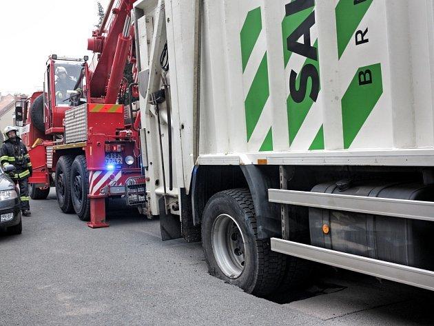 Brněnští hasiči v pátek dopoledne vyprošťovali popelářský vůz.