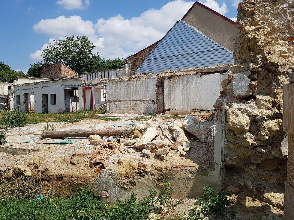 V Židlochovicích chtějí postavit komunitní centrum. Nejprve museli zbourat zchátralý dům.