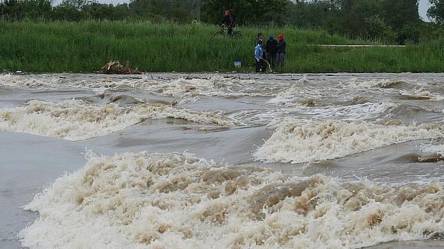 STUPEŇ OHROŽENÍ. Řeka Morava dosáhla v pondělí v kraji třetího povodňového stupně ve Strážnici a Lanžhotě.