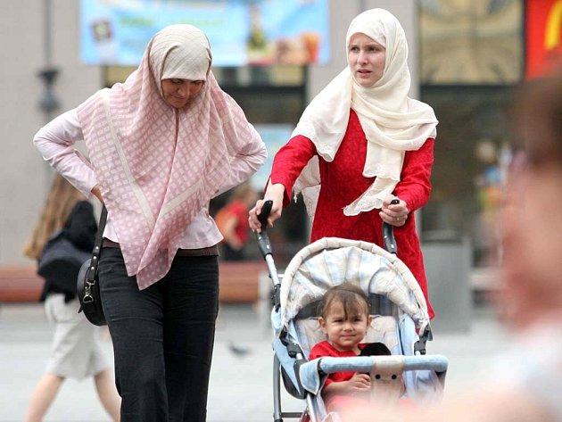 Redaktorka Hana Černohorská a muslimka Sonya Nemšáková (vpravo) to neměly lehké.