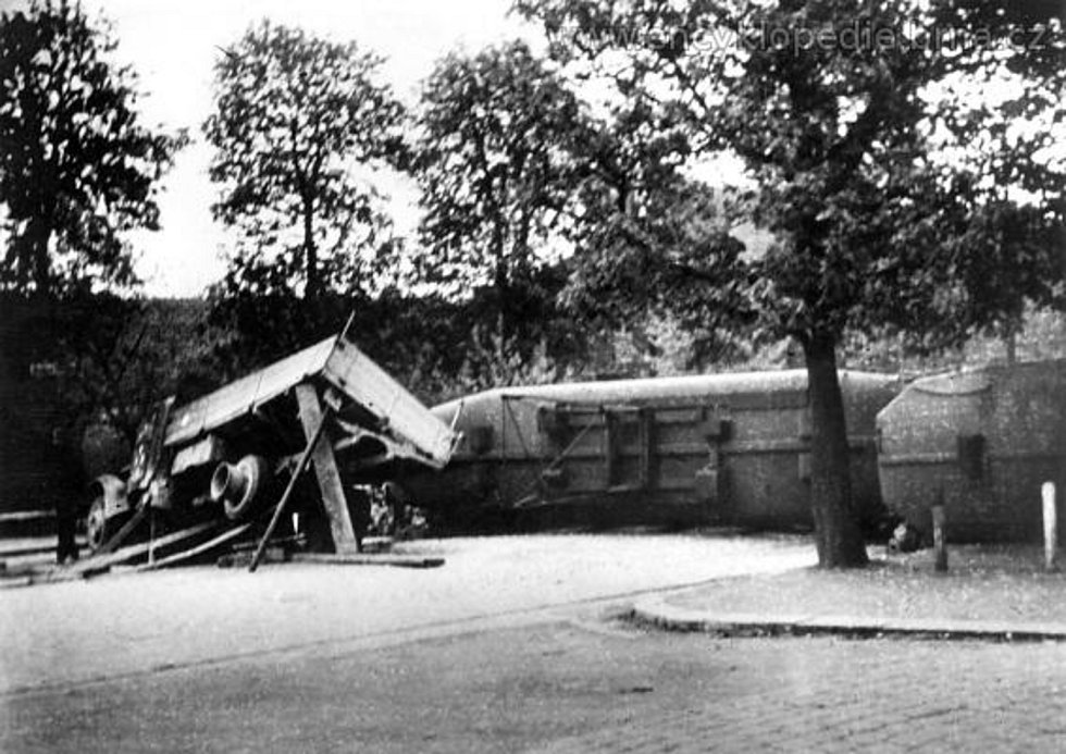 Němci na ústupu (přehrada z auta a vozů pouliční dráhy, kterou postavili ustupující Němci 24. a 25. dubna na dnešní Štefánikově ulici v Brně). Foto Otakar Rybák.