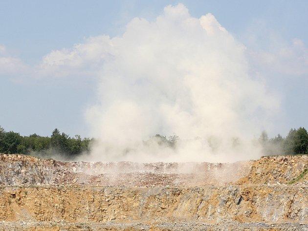 Čtyřicet tisíc tun horniny vylítlo ve středu do vzduchu v lomu v Mokré - Horákově na Brněnsku.