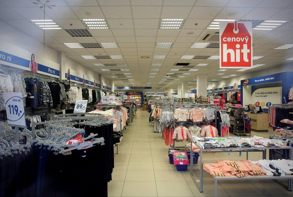 Kvůli nahlášené bombě v nákupním centru Olympia nedaleko Brna policie evakuovala zhruba 2500 lidí. Pyrotechnici žádnou nenašli.