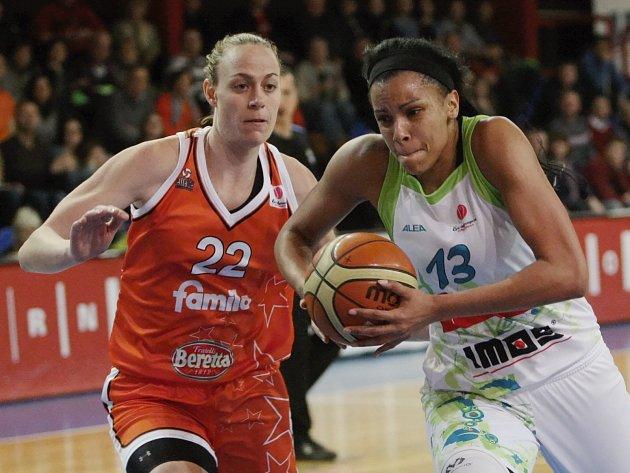 Basketbalistky brněnského Imosu (v bílém) podlehly italskému Schiu 68:83.