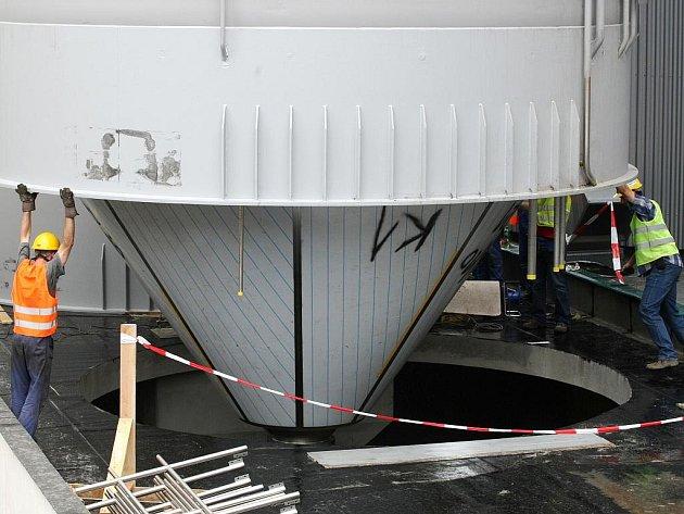 Devět tisíc litrů piva bude v budoucnu kvasit ve dvou nových nádržích v brněnském pivovaru Starobrno. Pracovníci specializované německé firmy obří nádrže začali v pivovaru umísťovat v pátek.