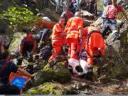 Náročnou záchrannou akci absolvovali v neděli brzy odpoledne jihomoravští záchranáři. Na Babím lomu se totiž v těžce přístupném terénu zřítil muž z téměř desetimetrové výšky.