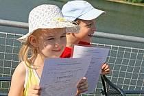 Rozdávání vysvědčení školákům na brněnské přehradě.
