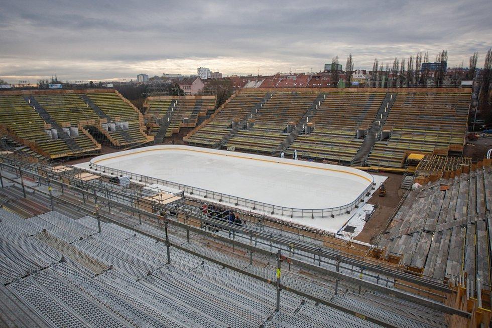 První zamrazená vrstva ledové plochy ohraničená mantinely dodala přesné obrysy aréně za Lužánkami, kde v rámci Hokejových her pod širým nebem nastoupila 3. ledna 2016 Kometa Brno proti Plzni.