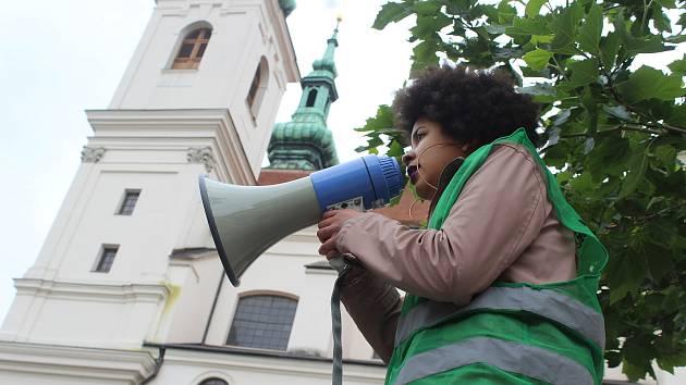 Na akci Black Lives Matter upozorňující na rasismus se v sobotu na brněnském Dominikánském náměstí sešly desítky lidí. Přišlo také hnutí Slušní lidé, jako protistrana.