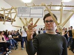 Vzdělávání na průmyslové škole stavební. Loni tam studenti testovali nosnost špejlových mostů.