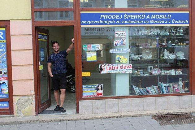 Ondřej Cvrček pracuje vbrněnské zastavárně. Naučil se irozeznávat padělky. Foto: Deník/Vojtěch Dufek