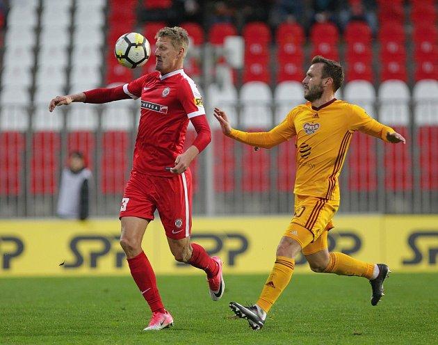 Fotbalisté Zbrojovky (v červeném) remizovali ve dvanáctém kole nejvyšší české soutěže na domácím trávníku s pražskou Duklou 0:0.