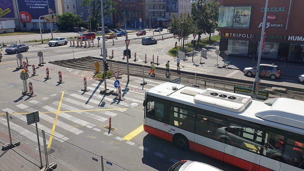 Přecházení přes zrušený přechod mezi galerií Vaňkovka a obchodním domem Tesco brání nově oplocení.