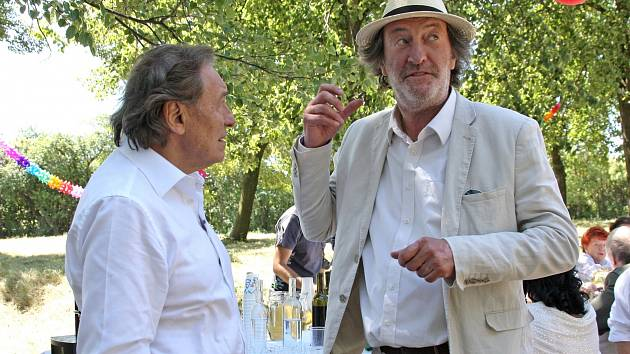 PŘED KAMEROU. V pokračování filmu Dědictví se sešel s Bolkem Polívkou i Karel Gott.