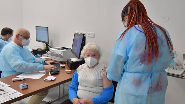Očkování židenických důchodců v brněnské Vojenské nemocnici.
