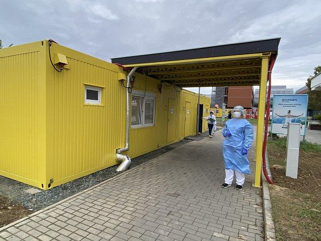 Termokamera měří teplotu lidí vstupujících do areálu bohunické nemocnice.