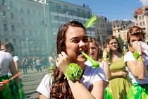 Májku, kterou na náměstí Svobody studenti tří univerzit postavili před měsícem, dopoledne 6. května zase odstranili. A to u příležitosti zahájení hudebního festivalu Brněnský Majáles.