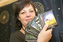 VIDÍ BUDOUCNOST. Sada osmasedmdesáti tarotových karet pomáhá věštkyním nahlédnout do budoucnosti.
