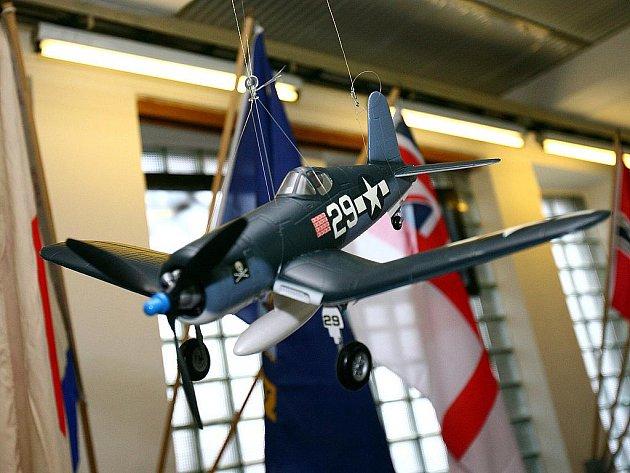 Výstava vojenských válečných letadel, bitevních lodí a torpédoborců.