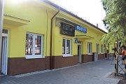 Zástupci Správy železniční a dopravní cesty v pátek oficiálně předali zástupcům města opravenou výpravní budovu v Modřicích.