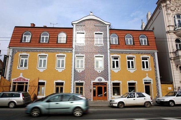 Mozaika vznikala z tvrdé keramické dlažby. Autor nemá spočítáno, kolik kousků musel vedle sebe naskládat, aby dům oživil.