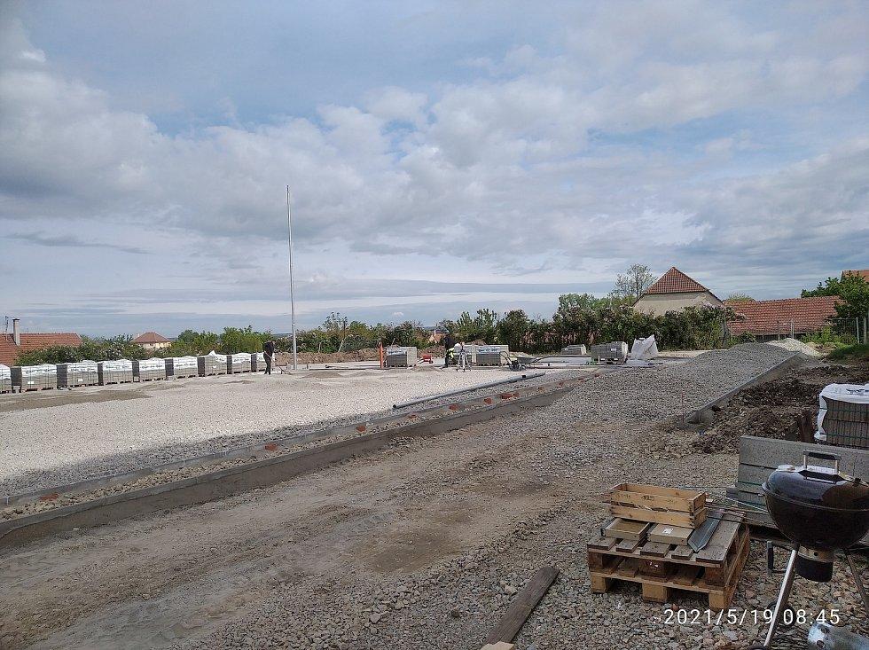 U základní školy ve Vlasaticích vzniká nové multifunkční hřiště.