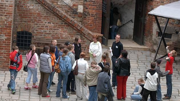 Průvodce s turisty na brněnském hradě Špilberk