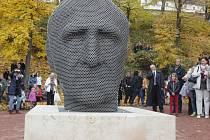 Z jižního svahu parku pod hradem Špilberk na Brno dohlíží nová socha. Podobiznu básníka Jana Skácela v úterý společně se zástupci města odhalil autor sochy Jiří Sobotka. Umělecké dílo tvoří několik tisíc svařených nerezových trubek.