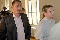 Zdeněk Houšť (vlevo) a Michael Benko před soudní síní.