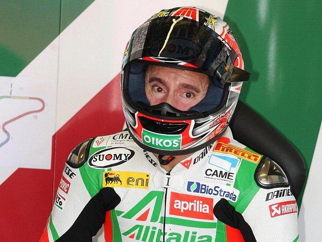 Kvalifikační závod superbiků na brněnském okruhu - Max Biaggi.