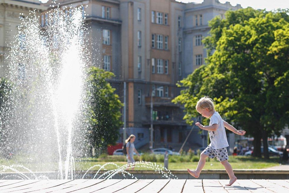 Tropické teploty kolem třiceti stupňů v centru Brna nutí lidi ochlazovat se různými způsoby.