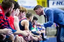 Trenér Basketu Lubomír Růžička uděluje pokyny svým svěřencům.