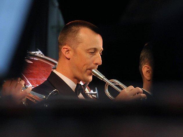 Koncert pětačtyřiceti kapelníků amerického letectva v pondělí na Staré radnici v Brně připomněl konec 2. světové války.