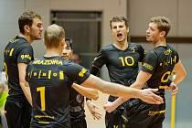 Brněnští volejbalisté se radují po získaném míči.