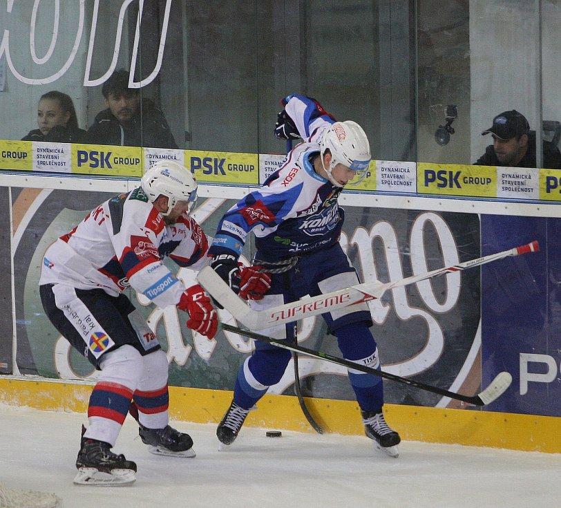 Hokejisté brněnské Komety v 47. extraligovém kole doma přetlačili Pardubice 2:1. Na snímku Nečas a Trončinský (PA).