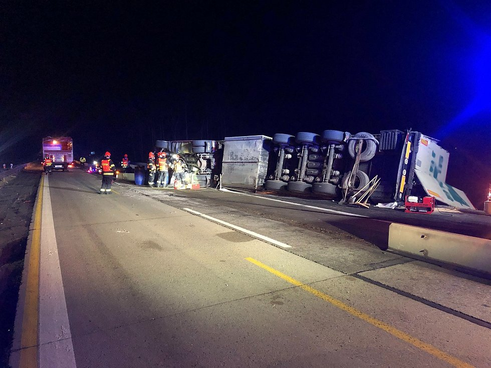 Dopravní nehoda nákladního vozu zablokovala ve pondělí večer dálnici D1 ve zúžení na 169. kilometru.