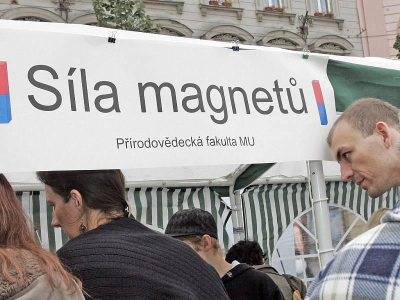 Vynálezy, pokusy a hříčky vystavovaly brněnské instituce na náměstí Svobody v Brně.