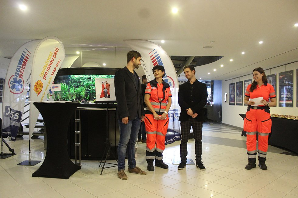 Jihomoravští záchranáři představili nový kalendář, který nafotili s herci brněnského městského divadla.