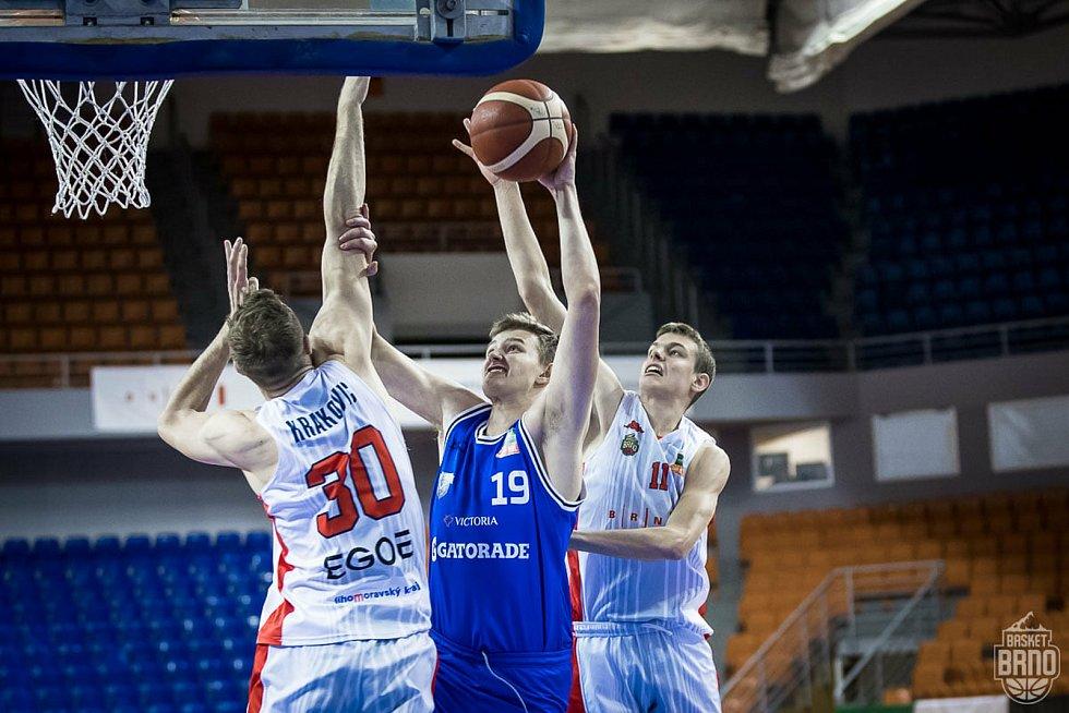 Brněnští basketbalisté (v bílém) podlehli USK Praha o dva body.